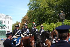 Entraîneur royal conduisant sur Lange Voorhout sur le défilé de jour de prince à la Haye Photo stock