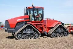 Entraîneur sur le tracteur à chenilles photos stock