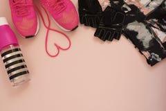 Entraîneurs à la mode de mode avec le coeur Amour, ensemble de hippie Espadrilles femelles, chaussures de sport, bouteille de l'e Photos stock