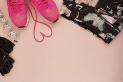 Entraîneurs à la mode de mode avec le coeur Amour, ensemble de hippie Les espadrilles, les chaussures de sport, le mètre et les g Photo stock