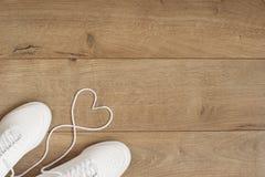 Entraîneurs à la mode de mode blanche avec le coeur Amour, ensemble de hippie Les espadrilles femelles, chaussures de sport dans  Photos stock