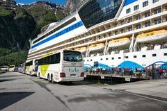 Entraîneurs attendant chez AIDAsol des passagers d'excursion de rivage photos stock