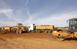 Entraîneurs et camions à benne basculante Photo stock