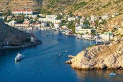Entrada à baía no passa-montanhas do Mar Negro por barcos de prazer do mar fotografia de stock