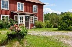 Entrada à casa de verão vermelha. Fotos de Stock Royalty Free