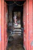 Entrada à casa indiana velha através da porta aberta em Kolkata Imagem de Stock