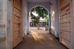 Entrada à casa indiana velha através da porta aberta em Pushkar, Índia Imagem de Stock Royalty Free