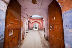 Entrada à casa indiana velha através de uma porta aberta oxidada na cidade cor-de-rosa Imagens de Stock