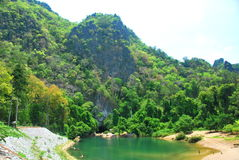 A entrada à caverna de Kong Lor em Laos central imagens de stock