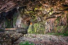 Entrada à caverna de Smoo, Durness, montanhas escocesas fotos de stock royalty free