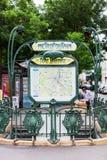 A entrada à estação de metro de Pere Lachaise Paris, France Foto de Stock