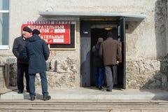 A entrada à estação de votação, com os povos no patamar Fotografia de Stock