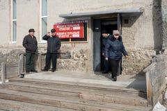 Entrada à estação de votação, com os povos no patamar Imagens de Stock Royalty Free