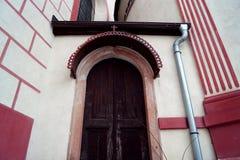 A entrada à igreja com uma cruz vermelha fotos de stock royalty free