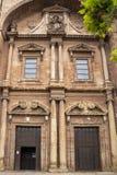 Entrada à igreja de Santa Maria de la Asuncion em Navarrete, La Rioja, Espanha imagens de stock