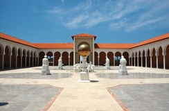Entrada à jarda do museu de Ralli, Caesarea, Israel Imagens de Stock Royalty Free