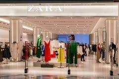 Entrada à loja de Zara no shopping grande da alameda Sala de leilão brilhante e elegante de Zara em Bulgária foto de stock royalty free