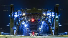 Entrada à ponte de Bolsheokhtinsky inverno St Petersburg, Rússia Noite com iluminação da noite Sinal de aviso vermelho nenhuma en fotografia de stock royalty free