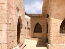 Entrada à rua, uma pista com pedra e construções, a passagem entre as construções no trópico morno islâmico islâmico árabe fotos de stock royalty free