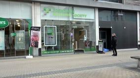 Entrada à sociedade de crédito imobiliário de Yorkshire, vista do comerciante Street, quarto de compra em Bristol filme