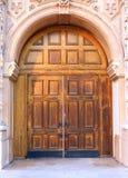 Entrada adornada con la puerta de madera vieja Imagenes de archivo