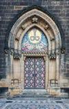 Entrada adornada de la iglesia en Praga Vysehrad Fotos de archivo