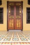 Entrada adornada de las puertas del estilo de Peranakan Fotos de archivo libres de regalías