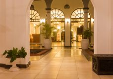Entrada africana luxuoso da entrada do hotel de quatro estrelas imagem de stock