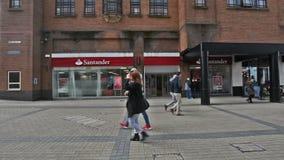 Entrada al banco de Santander, visión desde el comerciante Street, cuarto que hace compras en Bristol City Centre almacen de video