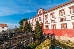 Entrada al castillo barroco en Zakupy, región de Doksy, República Checa imagenes de archivo