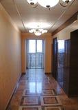 Entrada al edificio de apartamentos Interior lujoso con las lámparas Imagen de archivo libre de regalías