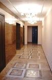 Entrada al edificio de apartamentos Interior lujoso con las lámparas Imagenes de archivo