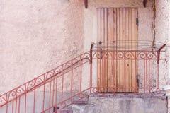 Entrada al edificio a través de una puerta de madera Pasos con la barandilla del metal Imágenes de archivo libres de regalías