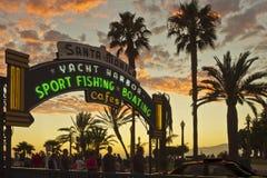 Entrada al embarcadero de Santa Mónica en la puesta del sol Fotografía de archivo
