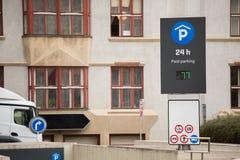 Entrada al estacionamiento subterráneo Fotos de archivo