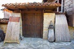 Entrada al museo en el pueblo de tejer Zheravna Imagen de archivo