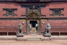 Entrada al palacio en el cuadrado de Patan Durbar Katmandu Imagen de archivo