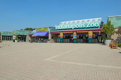 Entrada al parque zoológico de Indianapolis contra un cielo azul brillante imagen de archivo libre de regalías