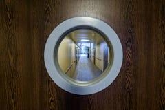 Entrada al pasillo del hospital con la ventana redonda Imagen de archivo libre de regalías