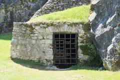 Entrada al sótano o prisión en el castillo Rabi Fotografía de archivo