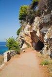 Entrada al túnel en la roca Imagen de archivo