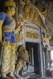 Entrada al templo budista adornado con las estatuas antiguas imagen de archivo libre de regalías