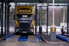 Entrada al territorio aduanero Coche Scania en el control de peso antes del despacho de aduana de mercancías imagen de archivo libre de regalías