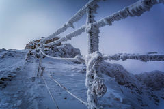 Entrada al top en las montañas del invierno Imagenes de archivo