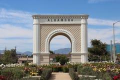 Entrada a Alhambra con el jardín fotografía de archivo