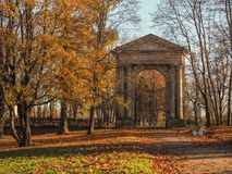 Entrada antigua de la puerta al parque Autumn Landscape Rusia Gatchina Otoño 2017 imágenes de archivo libres de regalías