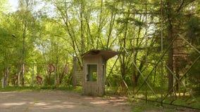 Entrada ao acampamento abandonado Tiro constante liso e lento da came video estoque