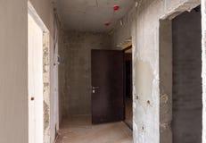 Entrada ao apartamento na construção nova, a porta instalada do metal Fotografia de Stock Royalty Free