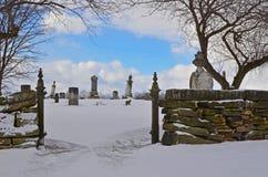 Entrada ao cemitério velho de Amish coberto na neve fotos de stock royalty free
