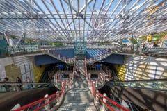 A entrada ao estação de caminhos de ferro subterrâneo de Rotterdam Blaak, Países Baixos imagem de stock royalty free